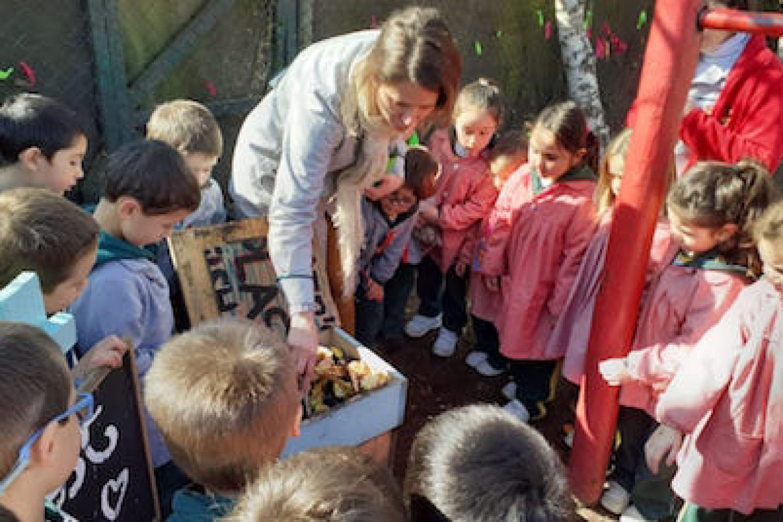 Niños de Play Group aprenden a hacer compost