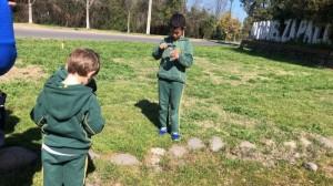 Niños de pre kinder y kinder exploran la naturaleza con el uso de la lupa